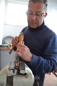 Paco Bessó treballant al seu taller